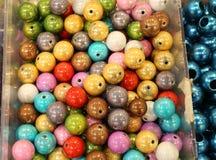 Жемчуга с сверлами для продажи в магазине хобби и украшений Стоковые Фото