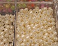 Жемчуга с сверлами для продажи в магазине хобби и украшений Стоковая Фотография RF