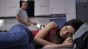 Жена агрессивного супруга плача читая лекцию дома акции видеоматериалы