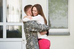 Жена приветствуя ее супруга Стоковые Изображения RF