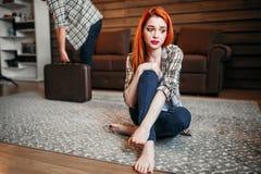 Жена плача, супруг выходит дом, ссора стоковые фото
