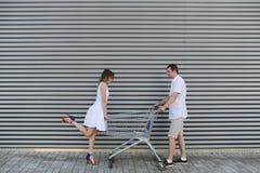 Жена спорит с супругом Сцена магазин тележки близко Стоковое Фото