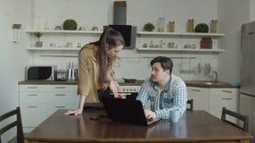 Жена уловила человека беседуя с хозяйкой онлайн акции видеоматериалы