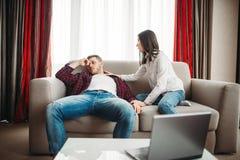 Жена успокаивает ее супруга после ссоры семьи Стоковое Изображение RF