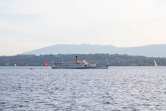 Женева/Швейцария - 22 06 18: Большая шлюпка steem на leman Женеве Швейцарии озера стоковая фотография