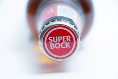 Женева/Швейцария 10 06 2018: Бутылка коричневого цвета крепкого темного пива известного португальского пива супер Стоковая Фотография