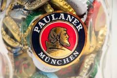 Женева/Швейцария - 20-ое марта 2018: Конец пива Paulaner вверх по пинте вполне крышек пива Стоковые Фотографии RF