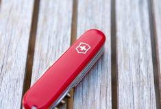 Женева/Switzerland-15 08 18: Древесина красного цвета армейского ножа Victorinox швейцарская стоковое изображение
