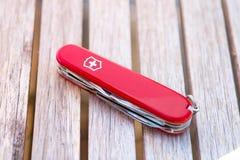 Женева/Switzerland-15 08 18: Древесина красного цвета армейского ножа Victorinox швейцарская стоковые изображения