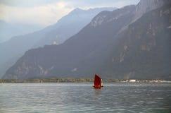 Женевское озеро и Альпы стоковая фотография