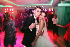 Жених играя дурачка пока танцующ с невестой Стоковое фото RF