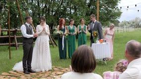 Жених и невеста аплодируя, романтичный wedding outdoors, счастливый удерживание новобрачных, жениха и невесты акции видеоматериалы