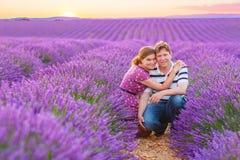 Жених и невеста в лаванде fields Провансаль, Франция Стоковые Изображения RF