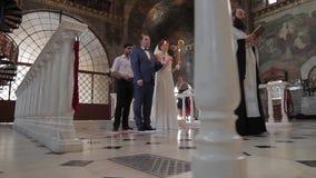 Жених и невеста в большой красивой церков акции видеоматериалы