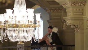 Жених и невеста в дворце сток-видео