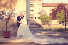 Жених и невеста в городе Стоковое Изображение RF