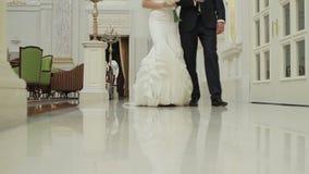 Жених и невеста в красивом дворце акции видеоматериалы
