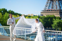 Жених и невеста в Париже, около Эйфелевой башни Стоковые Фотографии RF