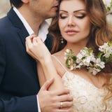 Жених и невеста в сочном парке весной Стоковые Изображения