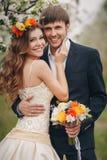 Жених и невеста в сочном парке весной Стоковые Фотографии RF