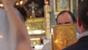 Жених и невеста в церков видеоматериал