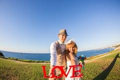 Жених и невеста держа влюбленность слова письма Стоковые Фотографии RF