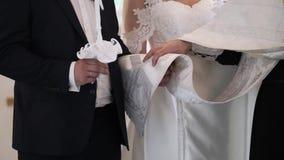 Жених и невеста держа свечи в церков на церемонии видеоматериал