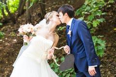 Жених и невеста держа знак сердца форменный Стоковые Фото
