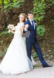 Жених и невеста держа знак сердца форменный Стоковая Фотография RF