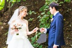 Жених и невеста держа знак сердца форменный Стоковое Фото