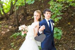 Жених и невеста держа знак сердца форменный Стоковое Изображение