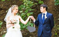 Жених и невеста держа знак сердца форменный Стоковое фото RF