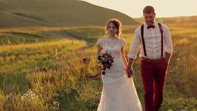 Жених и невеста держа руки идя в видеоматериал
