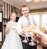 Жених и невеста держа стекла шампанского свадьбы Стоковые Изображения RF