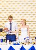 Жених и невеста держа стекла шампанского свадьбы Стоковое Фото