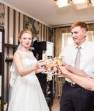 Жених и невеста держа стекла шампанского свадьбы Стоковое Изображение