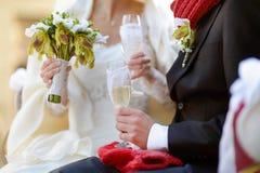 Жених и невеста держа стекла шампанского Стоковая Фотография RF