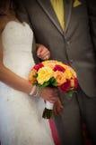 Жених и невеста держа Multi покрашенный букет Стоковое Изображение