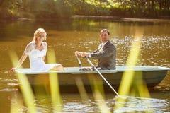 Жених и невеста детенышей как раз пожененный на шлюпке Стоковое Изображение