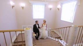 Жених и невеста идет вверх в дворец видеоматериал