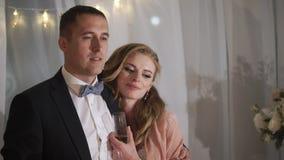 Жених и невеста имеет потеху на банкете свадьбы Молодые любящие пары свадьбы в шатре акции видеоматериалы