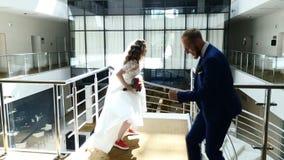 Жених и невеста имеет утес танцев потехи в гостинице Жизнерадостные стильные новобрачные имеют потеху пока счастливо танцующ r видеоматериал