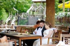 Жених и невеста имея потеху на кафе Стоковая Фотография RF