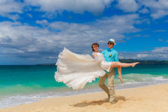 жених и невеста имея потеху на тропическом пляже Стоковое Изображение RF