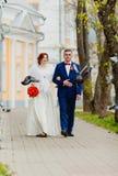Жених и невеста и летящие птицы Стоковое Фото