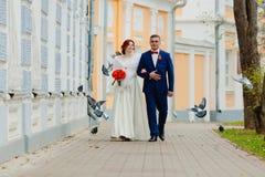Жених и невеста и летящие птицы Стоковые Изображения