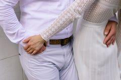 Жених и невеста идя на город Стоковое Изображение RF