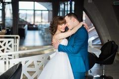 Жених и невеста конца-uphappy обнимая лицом к лицу в современном интерьере ресторана Стоковое Фото