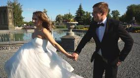 Жених и невеста, который побежали около старого замка акции видеоматериалы