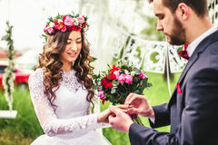 Жених и невеста кладет кольцо Стоковые Изображения